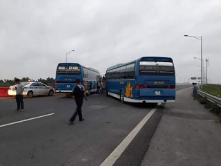 Xe khách chặn ngang cao tốc Hà Nội - Hải Phòng, phản đối việc thu phí